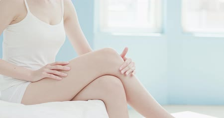 увлажняющий : beauty woman uses cream on her leg at home