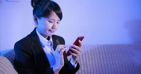 спальня : businesswoman use phone and feel upset at home Стоковые видеозаписи