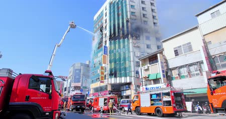 tainan : Tainan, Taiwan - July 18, 2018: fire disaster and strong smoke covered building Stock Footage