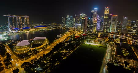 singapur : Singapore city, Singapore - July 23, 2018: Timelapse view showing skyline waterfront at night Stok Video
