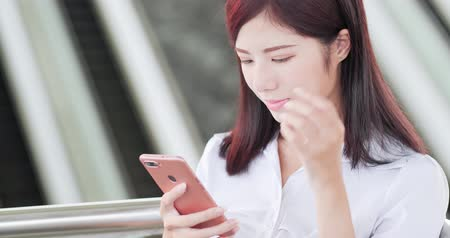 schody : business woman smile happily and use phone
