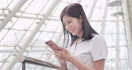 estagiário : business woman smile happily and use phone