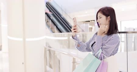 centro commerciale : la donna di bellezza usa il telefono nel shoppingmall Filmati Stock