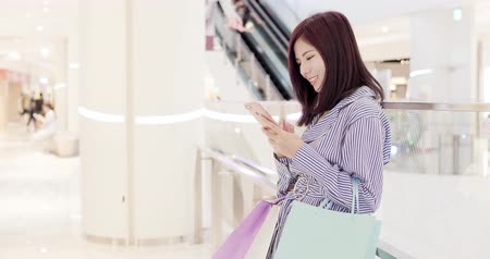 consumo : beauty woman use phone in the shopping mall Stock Footage