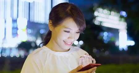 söylemek : woman send audio message by smart phone happily at night Stok Video