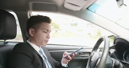 söylemek : business man listen to audio message by smart phone in the car Stok Video