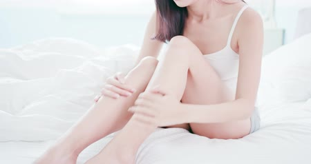 coxa : woman scratching her leg because of dry skin or allergies Stock Footage