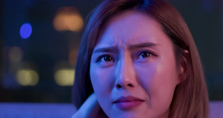 miserável : Young woman cry while watching a tragedy movie at night Stock Footage