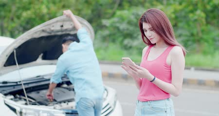 csattanás : young woman using mobile phone and do not worry with broken down car on street