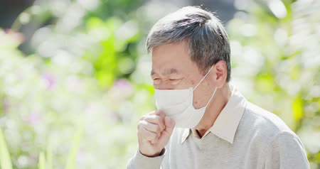 zsebkendő : old man wear mask and cough outdoor