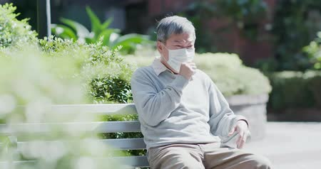 emekli olmak : old man wear mask and get a cold and cough outdoor Stok Video