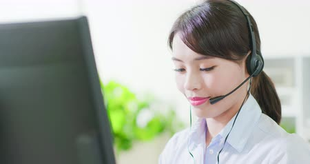 dişlek : Young friendly operator woman agent with headsets smile to you in a call centre