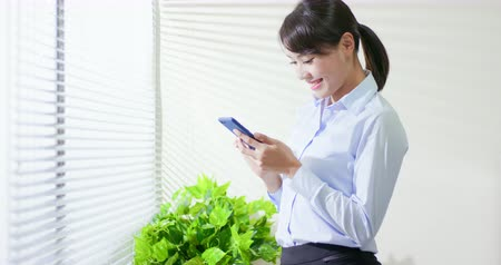 odeslat : asian business woman use smart phone at office Dostupné videozáznamy