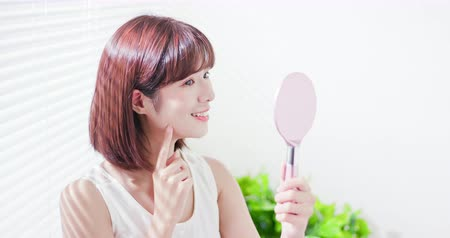 bochecha : Young asian skin care woman smile and look mirror
