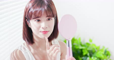 чистый : Young asian skin care woman smile and look mirror
