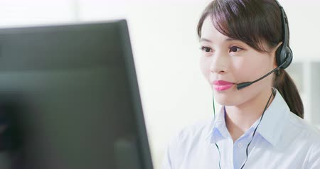 помощник : Young friendly operator woman agent with headsets working in a call centre