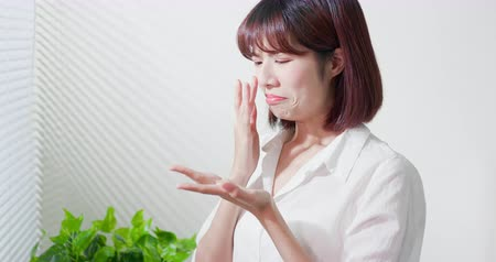 feio : asian woman feel sad because her skin is very oily on face