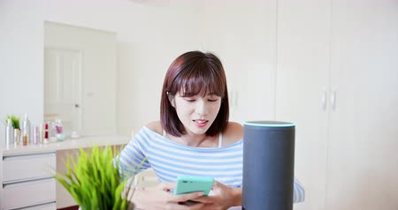 vokální : Smart AI speaker concept - Young Woman talk to voice assistant at home and chat with it