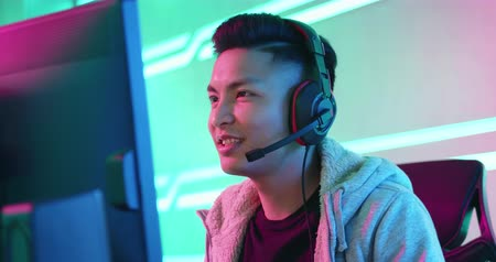 в чате : Young Asian Handsome Pro Gamer having live stream and playing in Online Video Game Стоковые видеозаписи