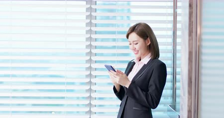 stagiair : Young asian business woman use smart phone in the office