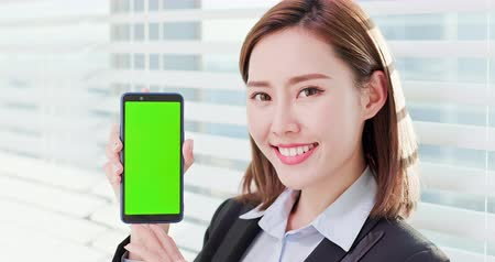 película de filme : Young asian business woman show green screen with smart phone