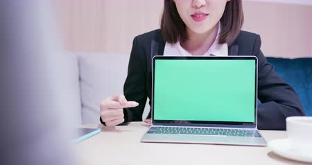 продавщица : Young asian business woman show empty green screen to her customer