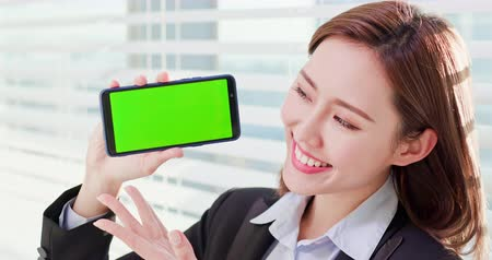 dişlek : Young asian business woman show green screen with smart phone