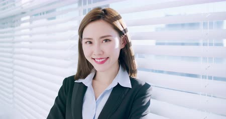 redőnyök : slow motion of confident asian business woman smile to you in the office