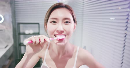 dişlek : pretty woman brush her healthy teeth happily Stok Video