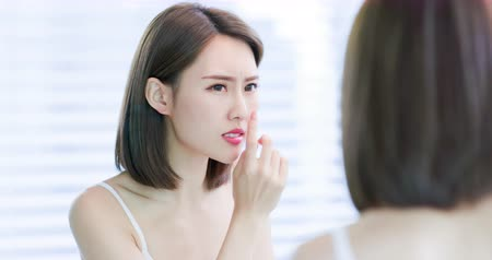 olejnatý : asian woman feel upset because her facial skin is very oily