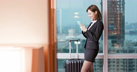 caso : businesswoman have a business trip and use smartphone
