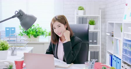 secretário : Slow motion of asian business woman smile to you in the office