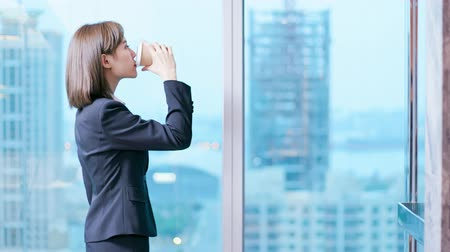 ponderando : businesswoman look outside through the windor and ponder