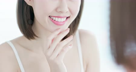 zbělit : close up of beauty woman tooth with smile