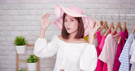 película de filme : beauty female fashion vlogger show summer hat to cellphone and smiling selling it online live streaming