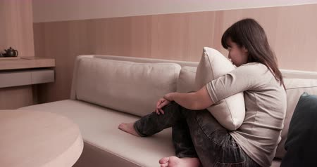 szomorúság : woman feel depressed and crying on sofa Stock mozgókép