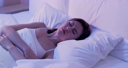 cama : woman insomnia and can not sleep on the bed at night