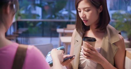 食物 : mobile payment concept - Young woman pays by contactless phone to credit card system for her order coffee in the cafe