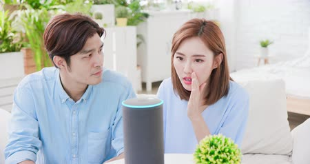 juffrouw : Smart AI speaker Error - Young couple is angry at voice assistant failure Stockvideo