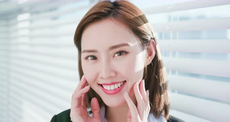 redőnyök : Businesswoman smile to you with good skin and healthy tooth Stock mozgókép