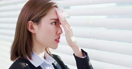 使用 : Business woman is upset after use oil blotting paper