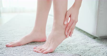 脚 : Skin care concept - beauty woman apply lotion or cream with foot at home