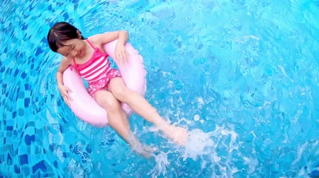 inflável : cute girl play with floating ring in the swimming pool