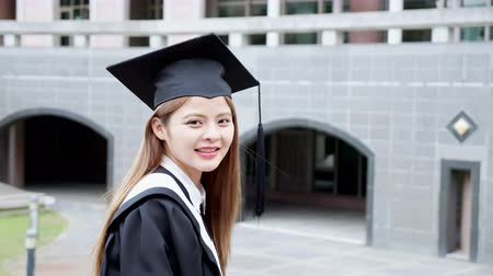 grãos : Girl gratuate smile happily at campus with diploma
