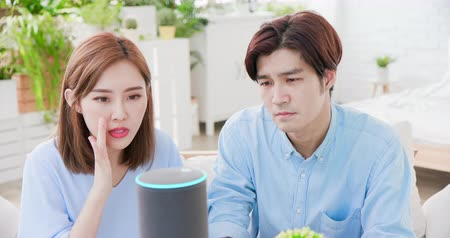 vokal : Smart AI speaker Error - Young couple is angry at voice assistant failure Stok Video