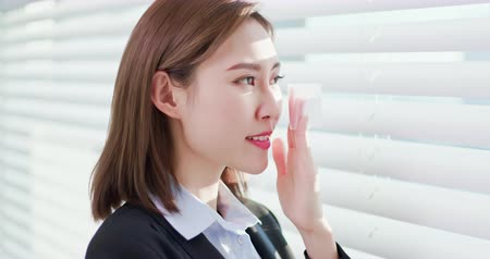 sheet : Businesswoman smile and use oil blotting paper on her face Stock Footage