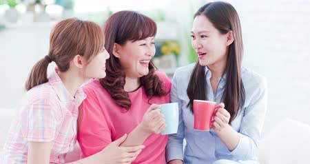 引退する : Mom and daughters drink and chat together