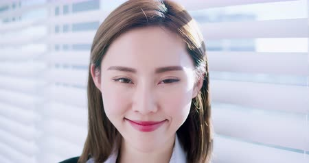 assistente : slow motion of asian business woman smile to you in the office Filmati Stock