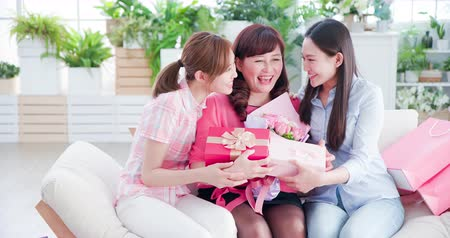 emekli olmak : two daughters give gifts to her mom and celebrate happy mother day at home Stok Video