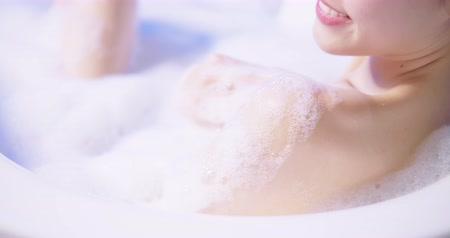 felső : slow motion of asian woman taking a bubble bath in the evening Stock mozgókép